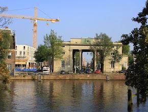 Photo: De Willemspoort, in  1840 ingewijd door Koning Willem II, wordt nog altijd Haarlemmerpoort genoemd, naar de stadspoort van Hendrik de Keyser, die in 1615 verrees en in 1837 wegens bouwvalligheid gesloopt werd.