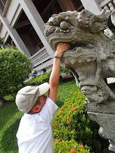 Photo: Titouan essaie d'atteindre l'immortalité - Wat Pho