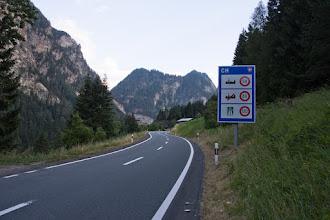 Photo: W miejscowości Martina przekraczam ponownie granicę z Austrią. Na posterunku granicznym strażnik tłumaczy mi jak najlepiej dojechać ponownie do trasy, którą jechałem poprzednio.