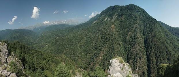 Schon nach wenigen Kilometern kommen die ersten Berge in Sicht.