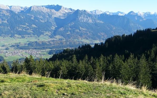 Blick vom Panoramaweg über Fischen auf Entschenkopf Nebelhorn Rubihorn Wilder Höfats Allgäu Bolsterlang