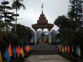 Photo: Muang Xay: Denkmal zu Ehren Kaysone Phomvihane, dem ehemaligen Führer der Laotischen Revolutionspartei