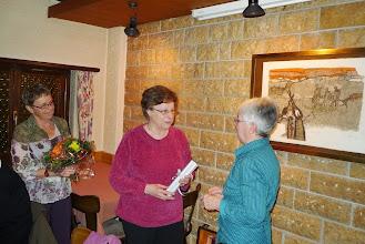 Photo: Sichtlich gerührt nimmt Elisabeth dieEhrenurkunde entgegen