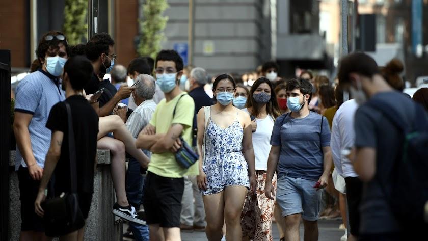 Varias personas caminan con mascarilla por el centro de Madrid.
