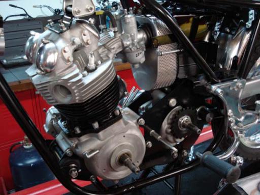 Moteur positionné dans le cadre d'une Commando Roadster de 1971 en cours de restauration chez Machines et Moteurs