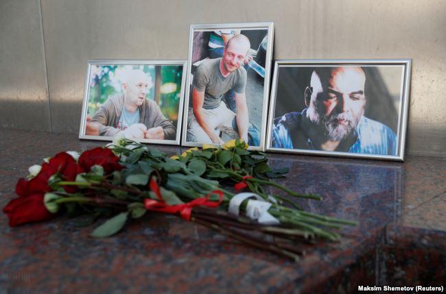 1 августа 2018 года, стихийный мемориал памяти Орхана Джемаля, Александра Расторгуева и Кирилла Радченко у Дома журналиста в Москве