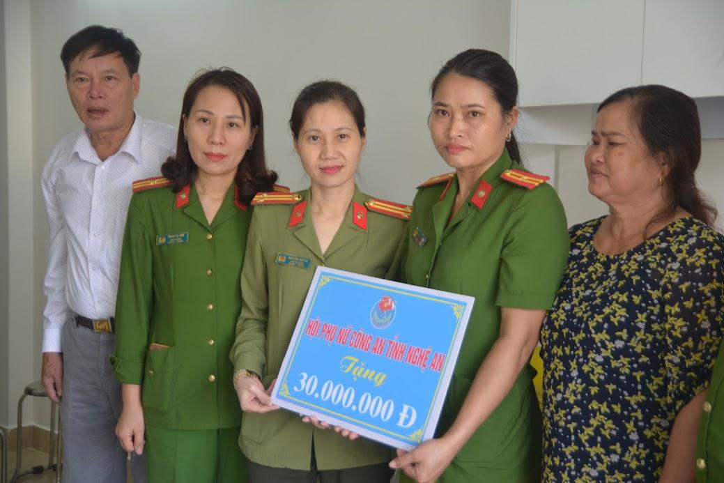 Hội Phụ nữ Công an tỉnh tặng quà động viên đồng chí Trần Thị Giang.