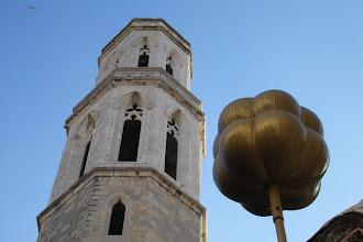 Photo: Clocher de l'église de San Pere et un atome d'hydrogène de Dali