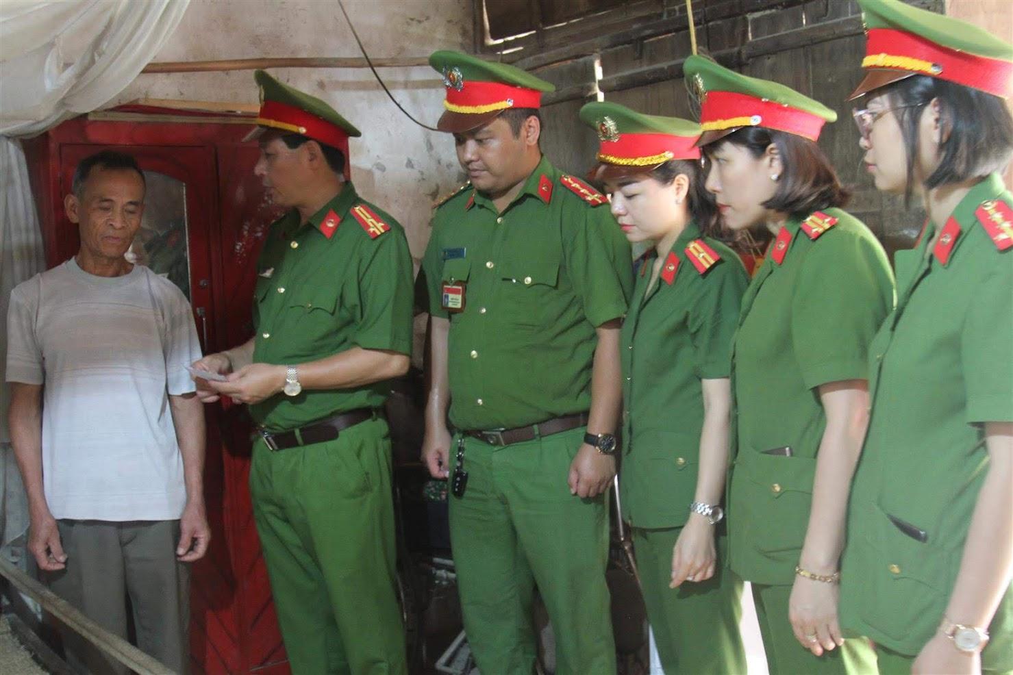 Thượng tá Đào Duy Chiến trao quà cho người thân của cụ Nguyễn Thị Phác