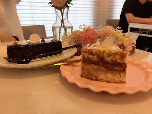 千層蛋糕好好吃不甜不膩 覆盆子巧克力也很優耶 地方好好拍照喔! 很精緻的店家