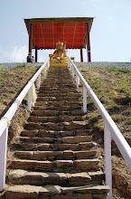 Photo: eine gewaltige Stupa am Weg
