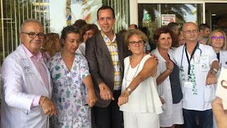 El gerente de Torrecárdenas, el delegado de Salud y la presidenta de Argar presentan la campaña en la entrada del hospital.