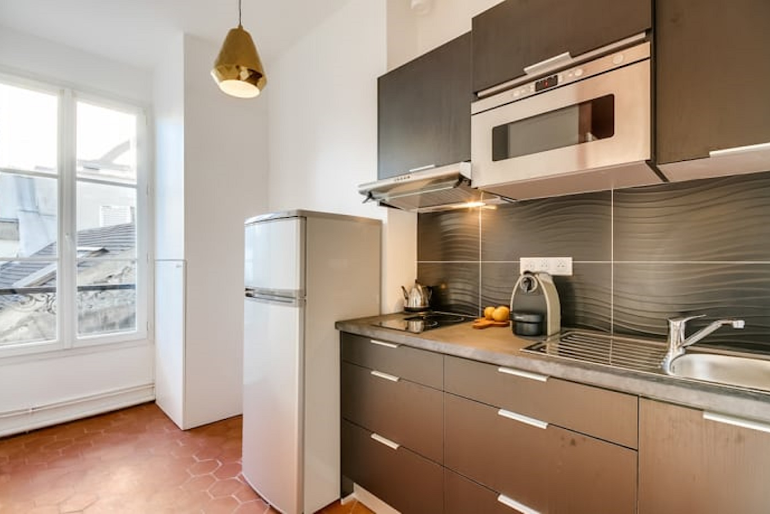 Fully equipped kitchen at Boulevard Serviced Apartment, Saint Germain