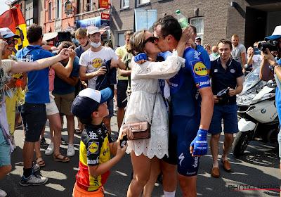 📷 IN BEELD: Lampaert deelt innige momenten met vriendin Astrid en mama Carine en de supporters gaan uit hun dak