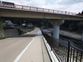 川沿いの道を進む
