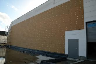 Photo: 02-11-2012 © ervanofoto De isolatie van de magazijnmuur is bijna klaar.