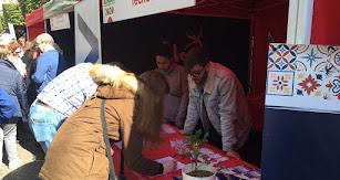 Algunos de los participantes rellenando sus valoraciones de estos tomates Cherry.
