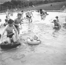 Photo: Sommer 1958: Nicht im dafür vorgesehenen (erst später angelegten?) Planschbecken, sondern im oberen der beiden Hauptbecken wird hier gebadet.