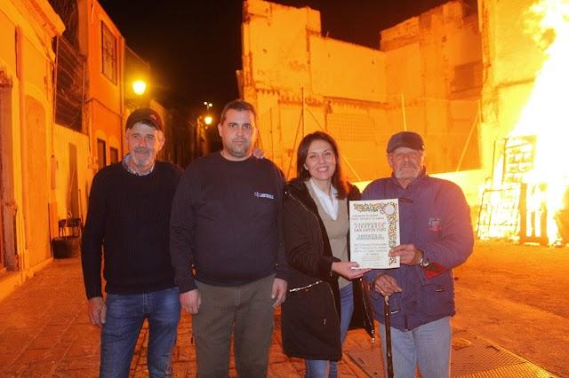 La presidenta de la Asociación junto a los organizadores de la hoguera de la calle Hércules.