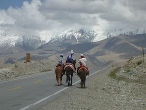 Photo: Okolo jezera žijí převážně Kyrgyzové. Oproti Ujgurům je lze rozeznat nejen podle způsobu jejich života, ale i podle typického kyrgyzského klobouku.
