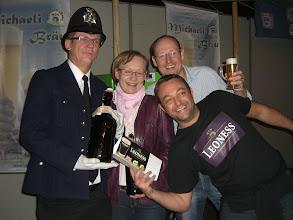 Photo: Die Crew und der Bobby