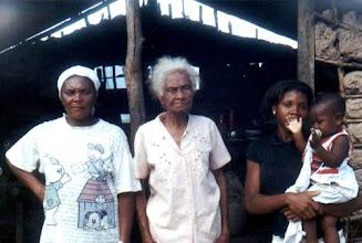 Photo: Quatro gerações testemunham a história do território negro, remontando à época do escravismo. Morro da Arara/ São Jorge, agosto/ 2002