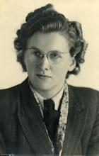 Photo: Lize Stilma (1923-1999), de bekende schrijfster en publiciste. De foto is van 13 mei 1945, dus enkele dagen na het einde van de 2e wereldoorlog (Foto Ris, Oosterdijk 54, Sneek). Lize was een tante van mijn vrouw.