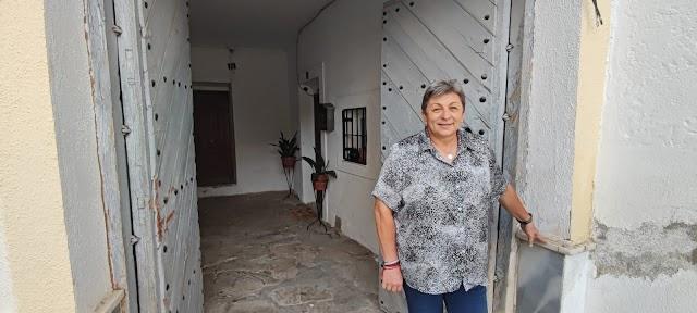 Consuelo Medina vecina de Bacares (retratada en el portal de la antigua panadería de Bacares).