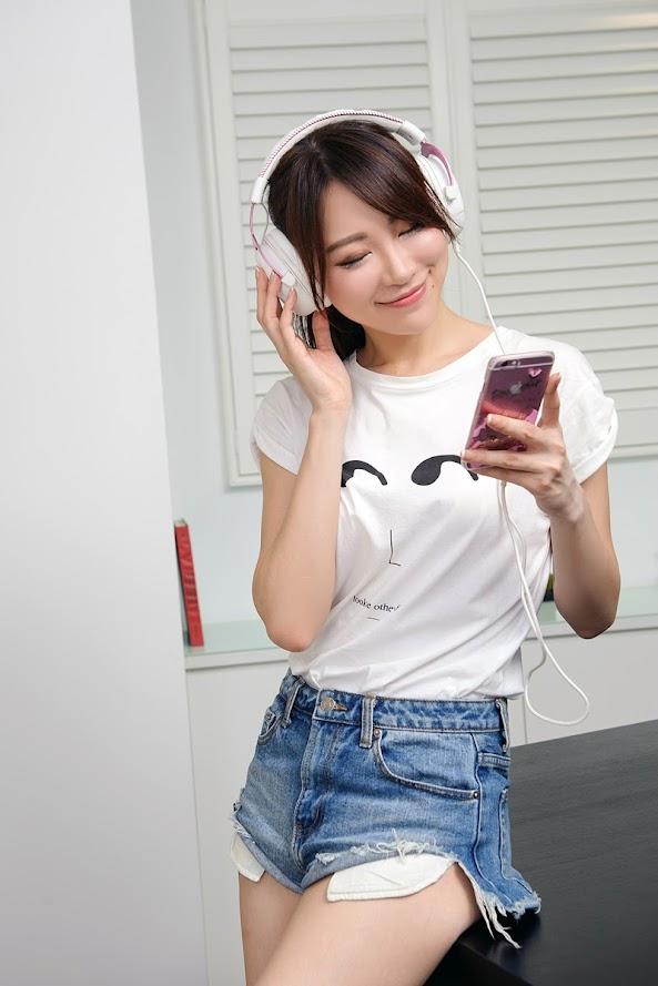 Hình ảnh người đẹp và Gaming Headphone - Kingston HyperX Cloud II
