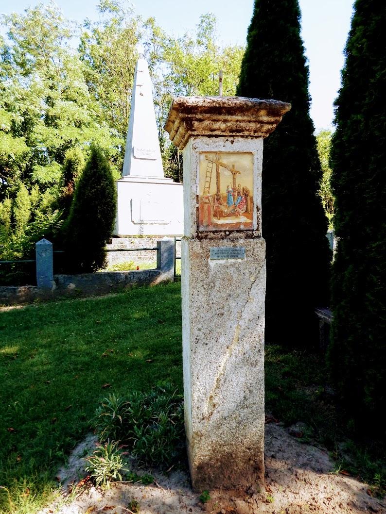 Vál - stációs kálvária a katolikus templom mögött a temetőnél