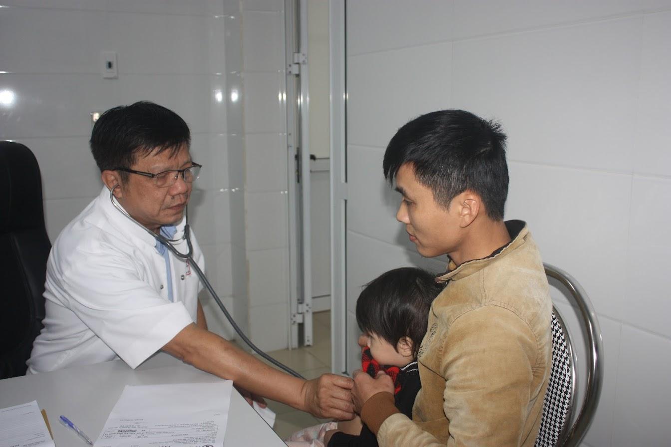 2.Bác sỹ Trung tâm tim mạch, Bệnh viện Trung ương Huế khám miễn phí cho trẻ em nghi bệnh tim bẩm sinh