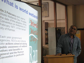 Photo: Dr. Tanvir Delivering information about wetlands in Pakistan to student, Inthernational Wetland Day, LC Karachi, Feb 02, 2008