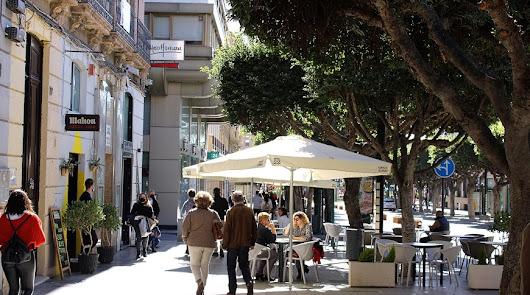 Poca convicción en que bares y tiendas amplíen su horario en Almería este jueves