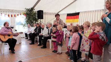 Photo: Großensee-Fest 2014. Die Kinder des Kindergarten Großensee und der Gemischte Chor Großensee gestalteten den musikalischen Teil des Abschluß-Gottesdienstes am Sonntagmorgen. Ursula Ruhfaut-Iwan begleitete auf der Gitarre.