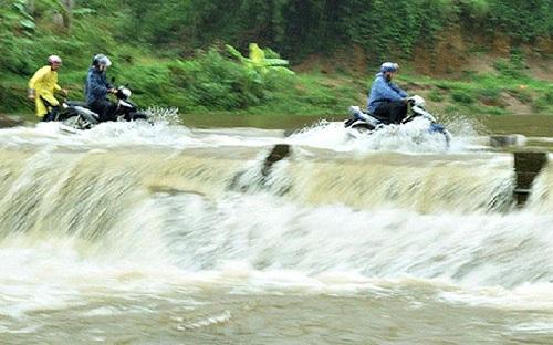 Thương tâm người phụ nữ Lào Cai bị lũ cuốn mất tích trên đường đi làm về, tìm thấy chiếc xe máy bỏ lại