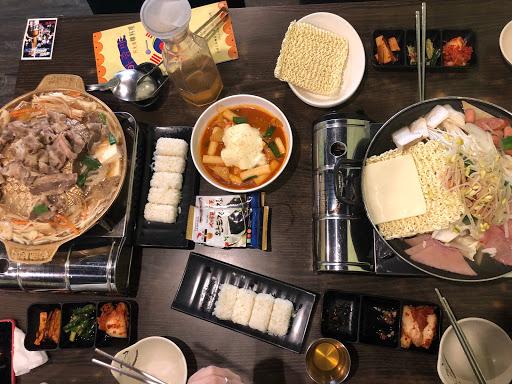 難得有對不吃辣的人友善的韓式料理 一定要來推一下 部隊鍋的泡麵+起士 好好吃🤤🤤🤤 ps:泡菜&醃漬小菜是不太辣的 銅盤烤肉的湯比部隊鍋更好喝 重口味的朋友會愛死 是一家CP值很高的店  貼心提
