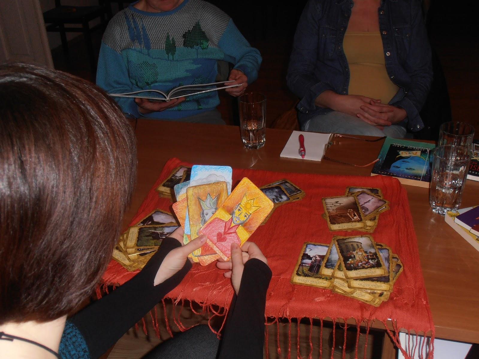 Tarot kártyát tartó kéz