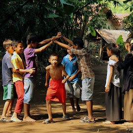 Playing Traditional Game by Yanti Hadiwijono - Babies & Children Children Candids