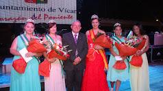 El alcalde de Vícar, Antonio Bonilla, con la Reina de las Fiestas, sus Damas y la Reina de 2017.