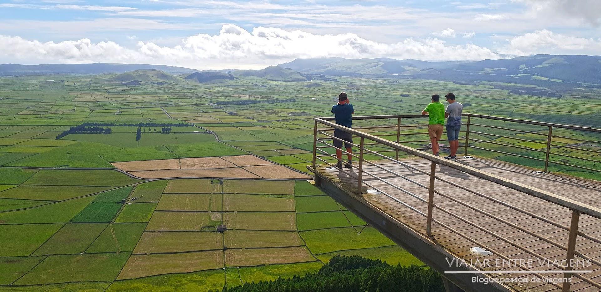 Desfrutar das vistas do miradouro da Serra do Cume, na ilha Terceira