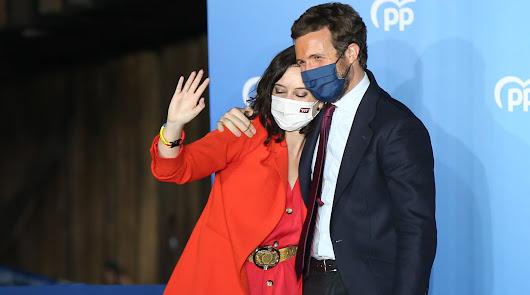 Ayuso y Casado celebran desde la sede del PP la victoria electoral en Madrid
