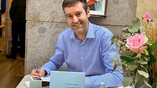 Alejandro Melero firma un ejemplar de su nueva novela, que ya va por la segunda edición.