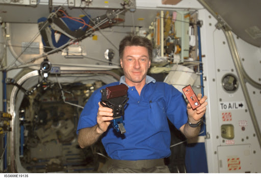 Foale works with the SPHERES Beacon / Beacon Tester in Node 1 during Expedition 8