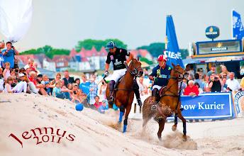 Photo: Polo mit argentinischen Züchtungen am Ostseestrand. Die Pferde werden u.a. mit einer metallischen Trense im Maul geführt.  Diese erzeugt – je nach Stärke des ausgeübten Zugs durch den Reiter– Druck auf die sensiblen Zunge, Gaumen und Kinnladen des Pferdes aus.