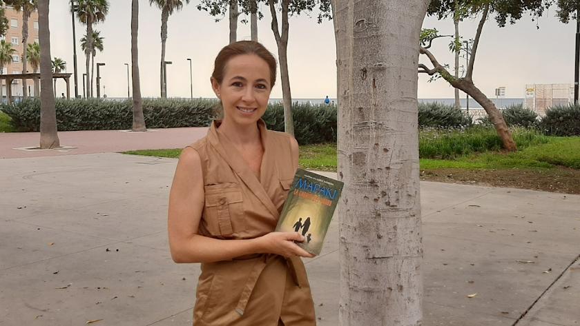 Marina Valverde, en el Parque de los Periodistas, con un ejemplar de su libro.