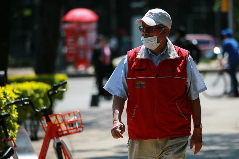 hombre mayor camina usando cubrebocas coronavirus ciudad de mexico febrero 28 2020 1209316226