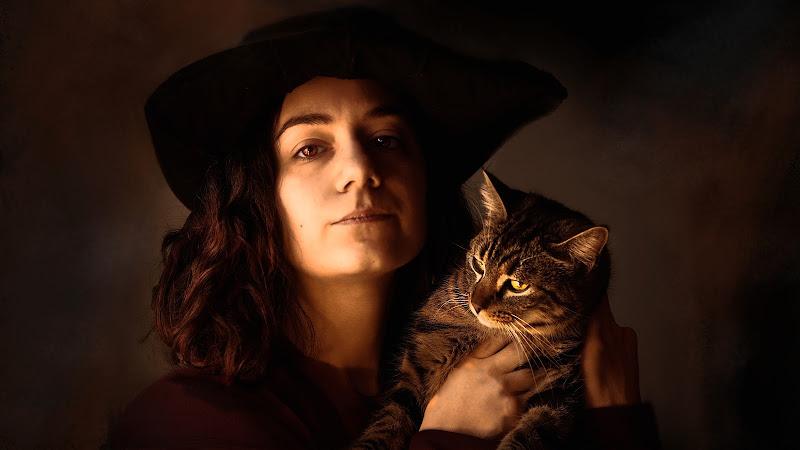 Ritratto con incursione felina di Daniela Ghezzi