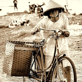 going home by Arif Setiawan - People Street & Candids