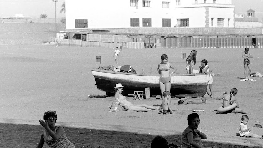 Imagen de la playa de las Almadrabillas a finales de los años sesenta.
