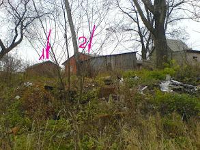 """Photo: Ta pati  vieta  iš  arčiau.  Vieta,   kur   senoj   nuotraukoj  iš knygos  įvardinta   kaip  """"šioje   vietoje   buvo  dotas""""  užversta  žemėm,  betono  luitais,  šiukšlėm.  Iš po  žemių  kyšo  plytos.   Be  kastuvo  nesuprasi,  kur  statinio  likučiai, kur  užpiltos   statybinės   atliekos,  o kur (gal būt) - senas  senas  požeminis  tunelis....    Visu  kūnu  jaučiu,  kokia  pažintinė,  informacinė  ir  materialinė   istorija  čia  užkasta.. Jaučiu  nors tu ką..."""